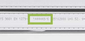Placering af ordrenummer i afstandsprofilet mellem glasskiverne i ruden
