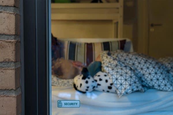 dreng sover trygt