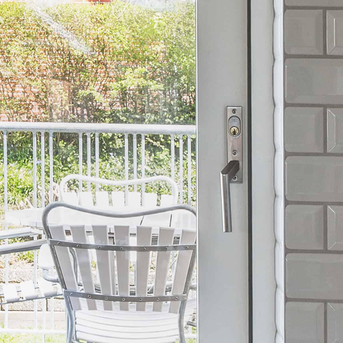 Lukket terrassedør med indvendig greb