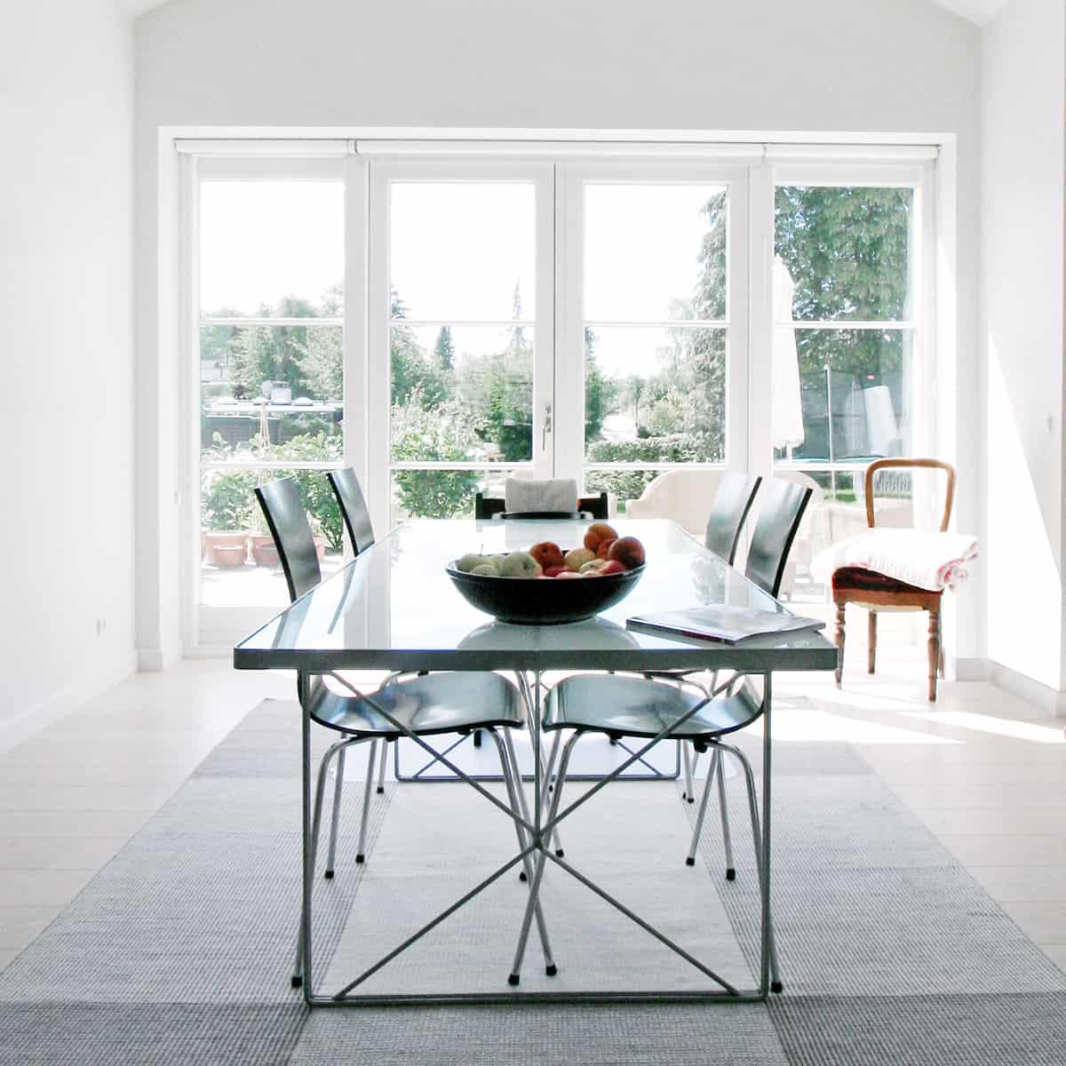 Stort lysindtag i stue med en terrassedør