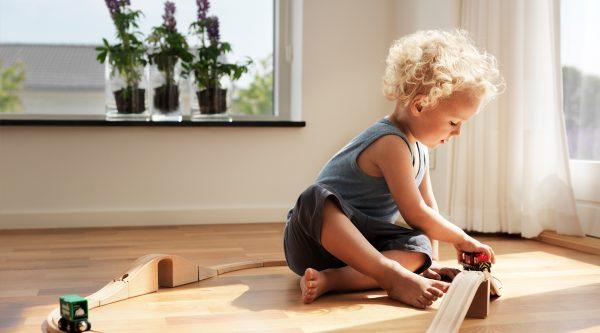 barn leger i dagslys